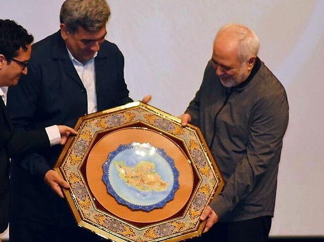 ظریف: به خاطر مردم تحریم شدن افتخار است
